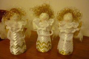 Aniołki ze styropianowych elementów zdobione wstążką