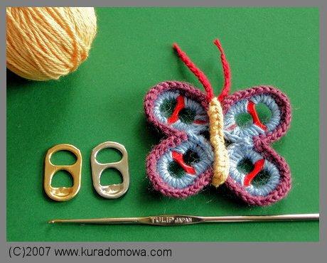 Wzór na szydełkowego motylka na stelażu z otwieraczy od puszek po napojach