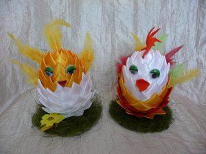 Wielkanocne kury koguty ikurczaki ze styropianowych jajek