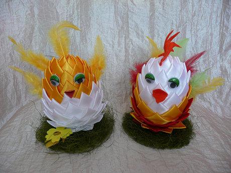 Wielkanocne kury koguty i kurczaki ze styropianowych jajek
